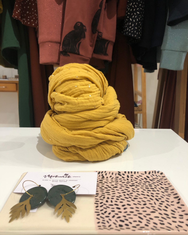 Grande écharpe moutarde à pois dorés fabriqué en France à Toulouse